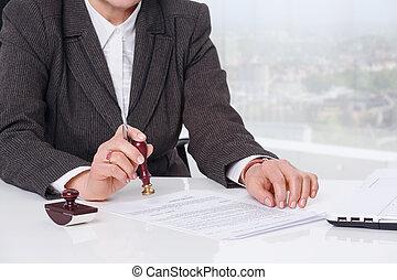 signant document, à, bureau