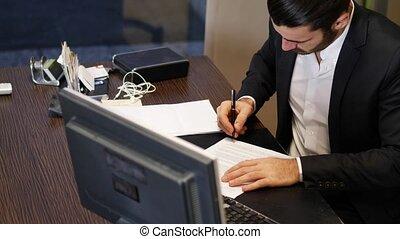 signant document, hommes affaires, contrat, ou