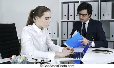 signer, bureau., deux, cocept., rapport, collègues