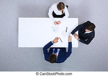 signer, documents, avocats, professionnels, serrer main, séance, contrat, above., hommes affaires, papiers, groupe, discuter, table, après, vue
