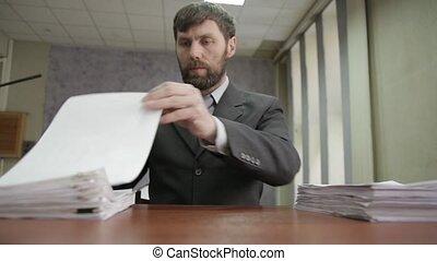signer, occupé, tristement, pouce, bureau, sien, showe, sommet, ouvrier, entrant, nobs, secousses, compostage, homme affaires, documents., tête