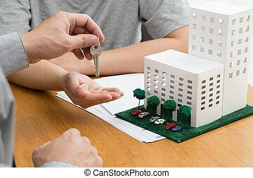 signer, prêt, agent immobilier, contrat, calculer, hypothèque, nouveau, bail, vrai, être, clés, après, accord, payé, loyer, banque, femmes, achat, prendre, montant, condominium, discuter