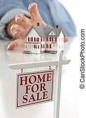 signo bienes raíces, delante de, mujer, alcanzar, casa