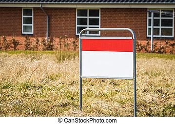 signo bienes raíces, en, un, césped, delante de, un, casa