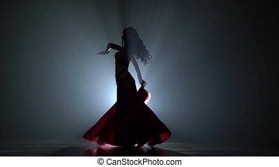 sihouette, taniec, spełnianie, ciemny, tło., kobieta, studio, brzuch, dym