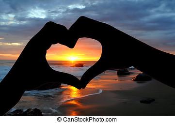 siilhouette, de, mãos, em, forma coração, em, pôr do sol