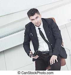 sikeres, menedzser, noha, egy, smartphone, ülés, alatt, egy, hivatal szék, alatt, a, tágas, hivatal