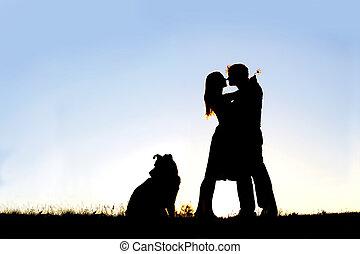 silhouette, aimer, étreindre, coucher soleil, dehors, couple, jeune