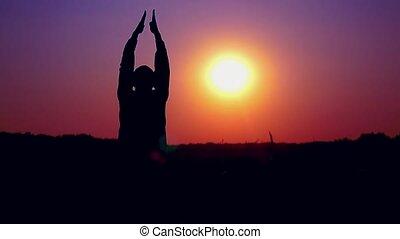 silhouette, applaudir, champ, surprenant, sauter, coucher soleil, blé, homme, heureux