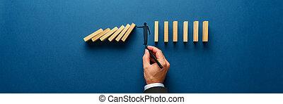 silhouette, arrêt, homme, empêcher, confection, dominos, bois, écroulant, geste