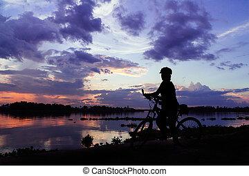 silhouette, campagne, à côté de, vélo, coucher soleil, thaïlande, girl, rivière
