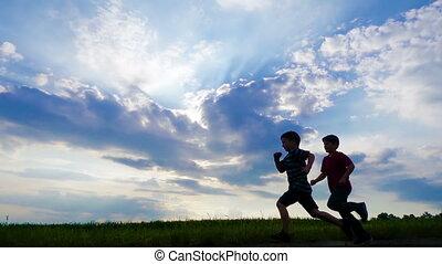 silhouette, ciel, deux, contre, garçons, courant, nuages