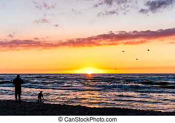 silhouette, coucher soleil, enfant, pendant, plage, jouer, homme