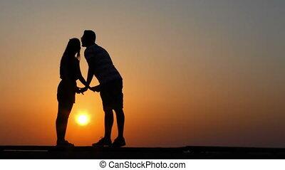 silhouette, couple, amants, coucher soleil