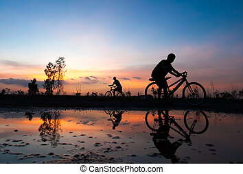silhouette, cycliste, coucher soleil