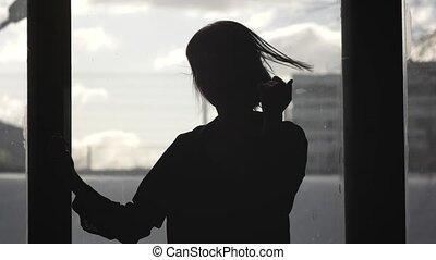 silhouette, danse, fenêtre, devant, girl, heureux