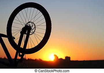 silhouette, de, a, roue bicyclette, à, coucher soleil