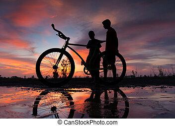 silhouette, de, a, vélo, à, coucher soleil