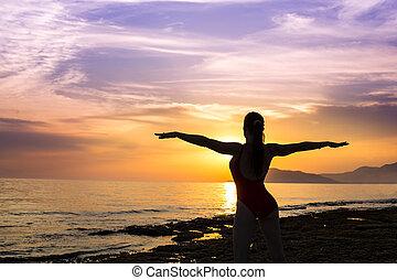 silhouette, de, femme, sur, les, coucher soleil