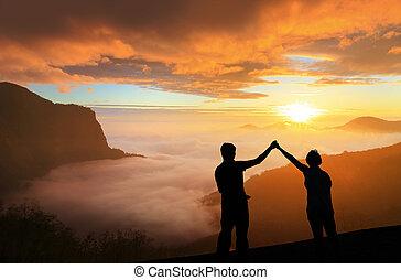 silhouette, de, jeune famille, heureux, regard, levers de...