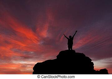 silhouette, de, les, personne, sur, les, élevé, rocher, à, coucher soleil