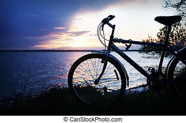 silhouette, di, bicicletta, appresso, lago