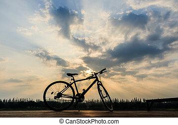 silhouette, di, bicicletta, appresso, lago, e, tramonto, su, bello, cielo