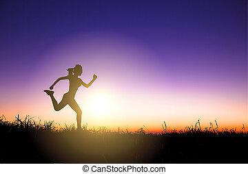 silhouette, di, donna correndo, solo, a, bello, tramonto