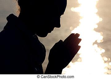 silhouette, di, donna, in, tipo, quale, sedere, riva, e, prega, piega, braccia