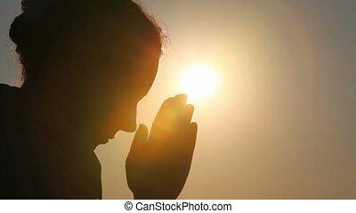 silhouette, di, donna, testa, lei, è, pregare