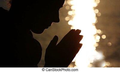 silhouette, di, donna, testa, tenendo mano, in, namaste