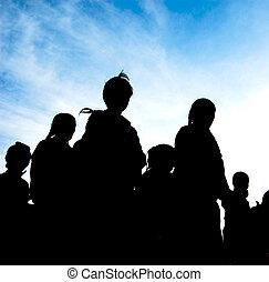 silhouette, di, famiglia cammina, sotto, il, cielo blu