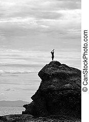 silhouette, di, fijian, uomo, leva piedi, su, uno, mare, scogliera, in, figi