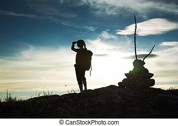 silhouette, di, il, ragazza, osservare dentro, uno, distanza, contro, uno, declino