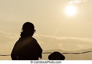 silhouette, di, libero, sereno, rilassante, donna, godere, libertà, a, tramonto, su, montagna, in, mattina, in, puro, felicità, in, insieme sole, punto, monte, abu, india., stanza, per, testo, cima, destra, lato, di, il, fotografia.