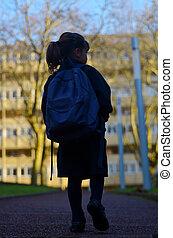 silhouette, di, piccola ragazza, camminare, a, scuola