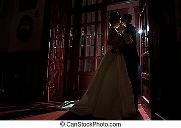 silhouette, di, sposato appena, agganciare abbracciare