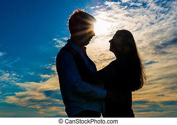 silhouette, di, uno, coppia amorosa, abbracciare, a, tramonto
