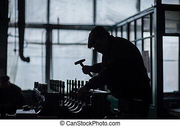 silhouette, di, uno, lavorativo, uomo, con, attrezzi