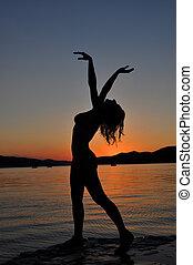 silhouette, di, uno, sexy, donna, in, tramonto, spiaggia