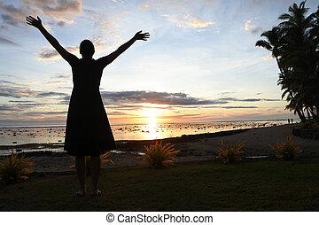 silhouette, di, uno, turista, donna, gode, drammatico, tramonto