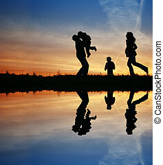silhouette, familie van vier, en, water