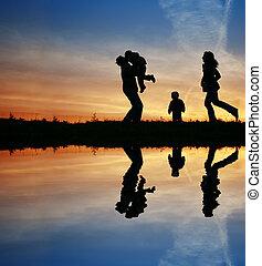 silhouette, familie vier, und, wasser