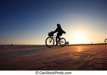 silhouette, fietser, ondergaande zon , paardrijden, langs, strand