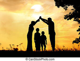 silhouette, groep, van, vrolijke , kinderen spelende, op, weide, ondergaande zon , summertime