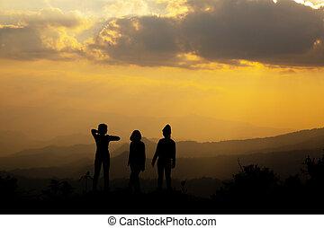 silhouette, groep, van, vrolijke , meisje, spelend, op, heuvel, ondergaande zon , summertime