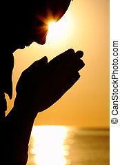 silhouette, itself, zon, voor, dons, zit, vrouw, tegenoverstaand, laid, bidt, handen, zee