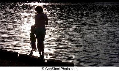 silhouette, mère, enfant, sur, eau