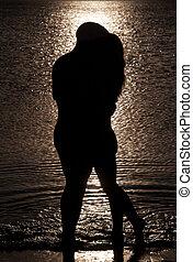 silhouette, mer, couple, jeune, contre, coucher soleil, fond