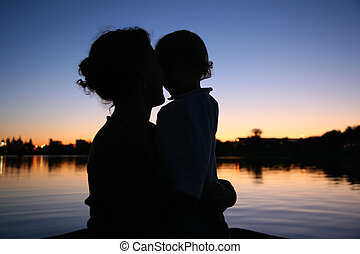 silhouette, moeder, tegen, ondergaande zon , achtergrond,...